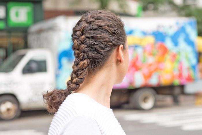 comment faire une tresse française, idée de coiffure boucle sur cheveux légèrement frisés, modele coiffure ado fille