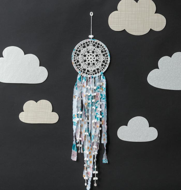 attrape reve fabrication napperon ai milieu, chutes de dentelle colorée, des silhouettes nuages en papier, déco chambre bébé