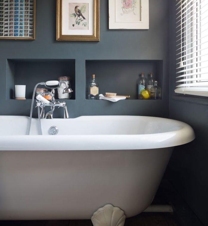 idée de decoration petite salle de bain avec mur gris anthracite, baignoire gris clair, niche murale de rangement et cadres decoratifs dessin