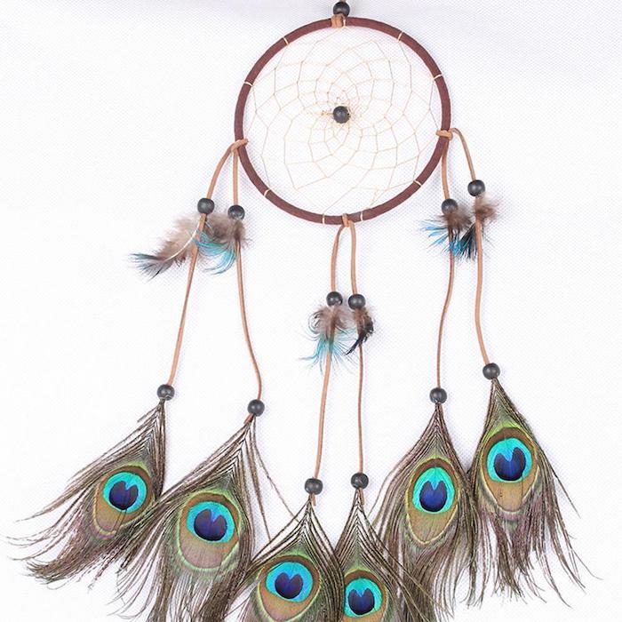 fabriquer attrape reve en cerceau bois, perles noires, plumes de paon, cordon en cuir, décoration murale