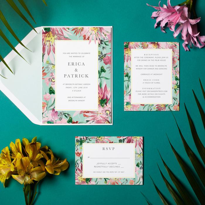 jolie idée pour un faire part de mariage tendance avec un cadre de fleurs tropicaux idéal pour une cérémonie estivale