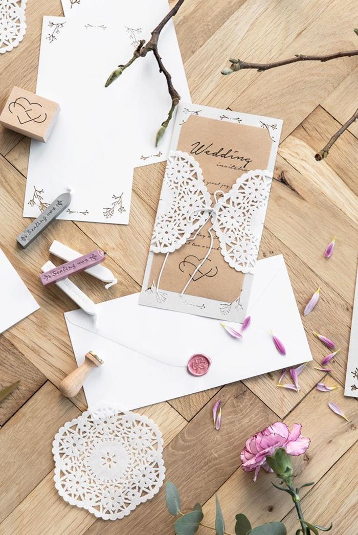 faire part mariage vintage au format long réalisé en papier kraft et agrémenté d'une pochette effet dentelle