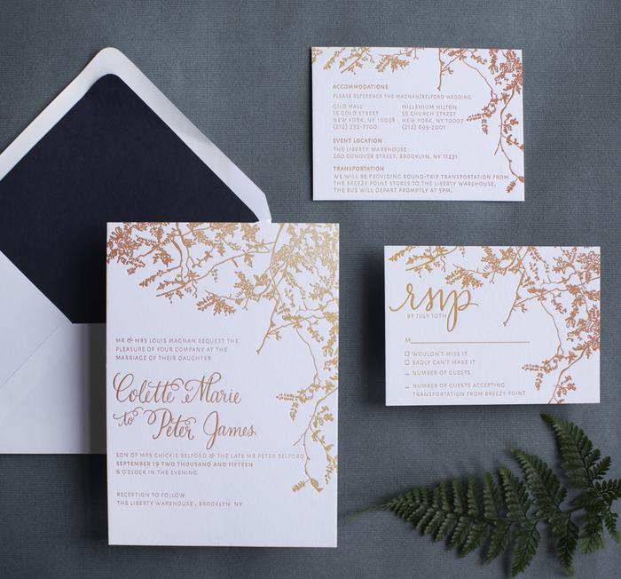 un faire part mariage chic avec une jolie typographie et des motifs branches gravés