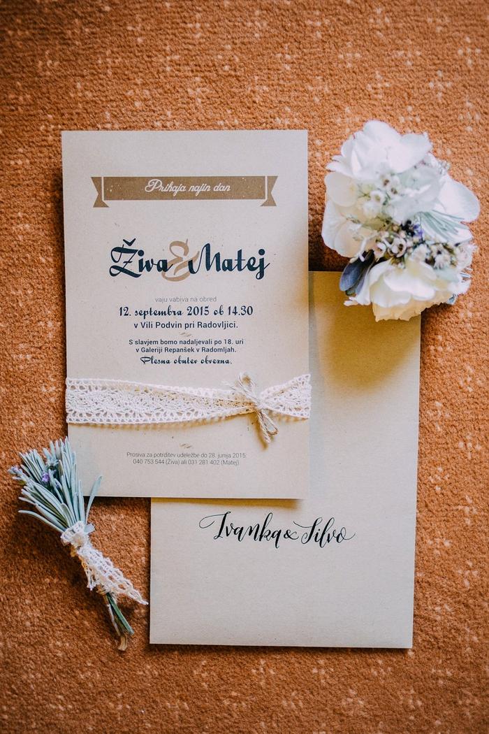 un modèle de faire part mariage vintage avec une simple bannière et l'information sur la cérémonie dessous, agrémenté d'un détail dentelle