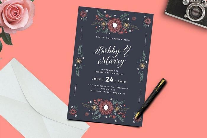idée pour un faire part de mariage original avec de jolis motifs floraux qui se détachent sur un fond noir mat