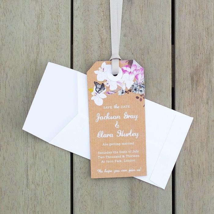 un faire part mariage boheme de type save the date au format étiquette en papier kraft personnalisé avec un joli motif fleuri et un ruban de satin