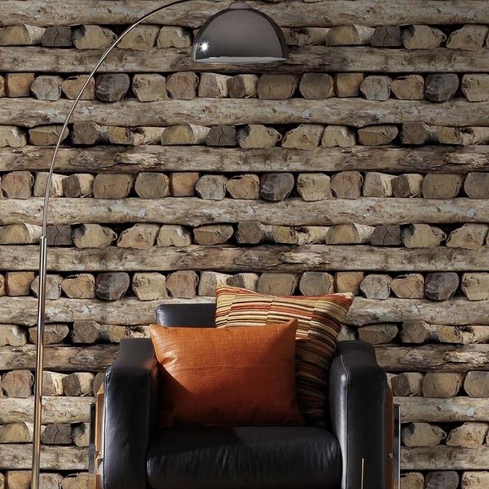 déco de salon rustique aux murs à effet bois avec grand fauteuil de cuir noir et lampe sur pied à design argent