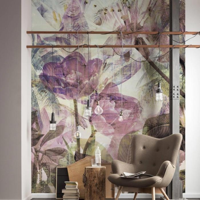 exemple de papier peint salon beige aux motifs grandes fleurs violettes et feuilles marron et vert pastel, meubles de bois clair