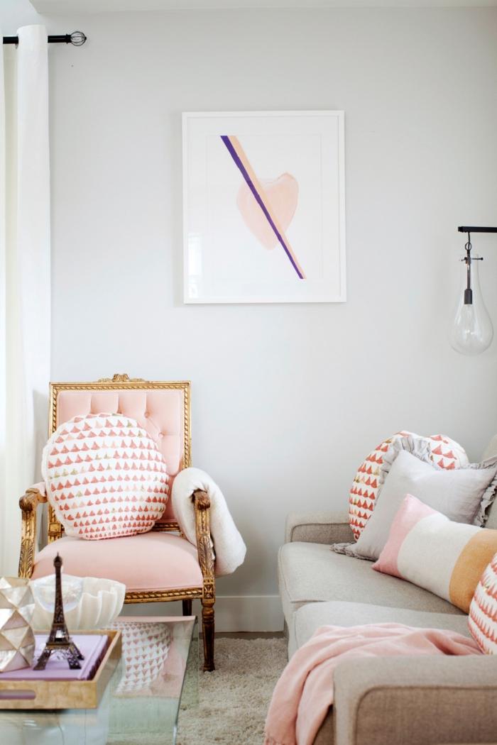 déco de salon aux murs blancs avec fauteuil baroque en rose et or, modèle de canapé gris avec coussins décoratifs