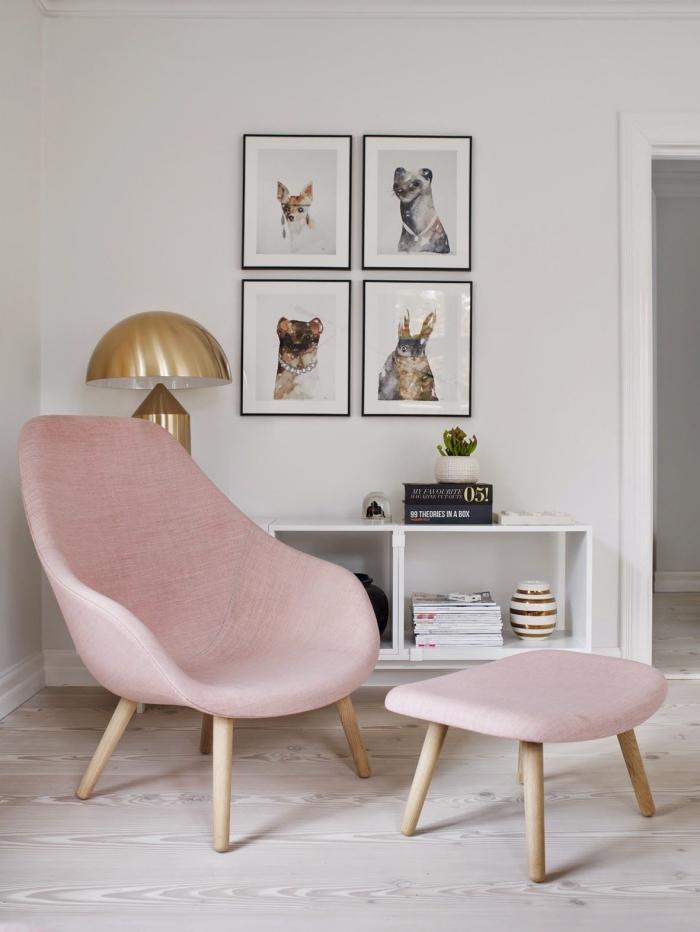meubles pour une chambre rose pale avec objets décoratifs en blanc et gris, modèle de fauteuil rose pastel combiné avec lampe dorée
