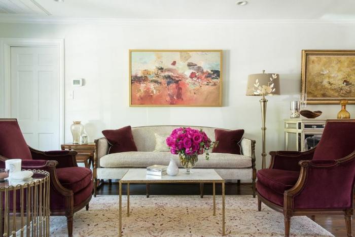 bordeau couleur, table rectangulaire, tapis blanc, peintures artistiquesn peinture murale blanche