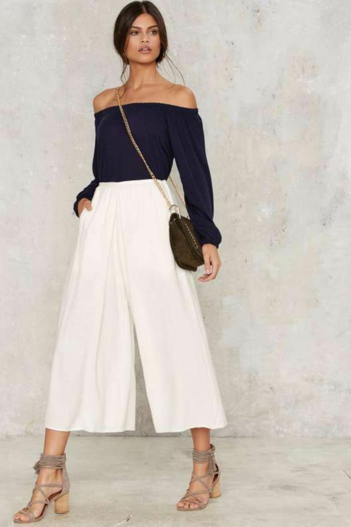 jupe-pantalon blanc large, top noir aux manches longues et aux épaules dénudées, pantalon habillé femme, sandales aux lacets fins en velours beige