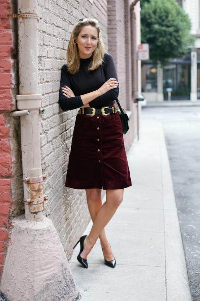mini jupe évasée en bordeaux avec des boutons devant, top noir moulant manches longues, escarpins pointus noirs, tenue chic, tenue casual