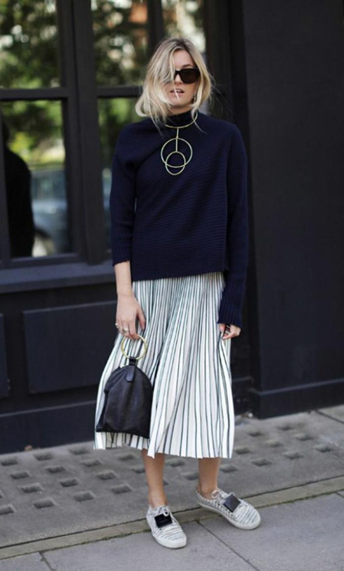 jupe blanche longue fluide en blanc et noir, pull noir, baskets en blanc et noir, tenue décontractée femme, casual chic femme, sac noir avec des poignées rondes en bois