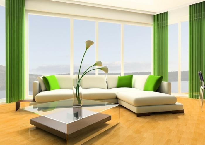 rideaux vert flashy, deco salon zen, parquet jaune, table carrée en verre et en bois PVC, vase en verre brillant avec des fleurs blanches