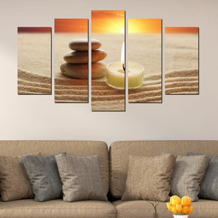 ambiance sereine et bouddha zen, panneau mural en cinq parties, illustrant la plage avec le coucher du soleil, un canapé en couleur sable avec des coussins gris, sable et beige foncé