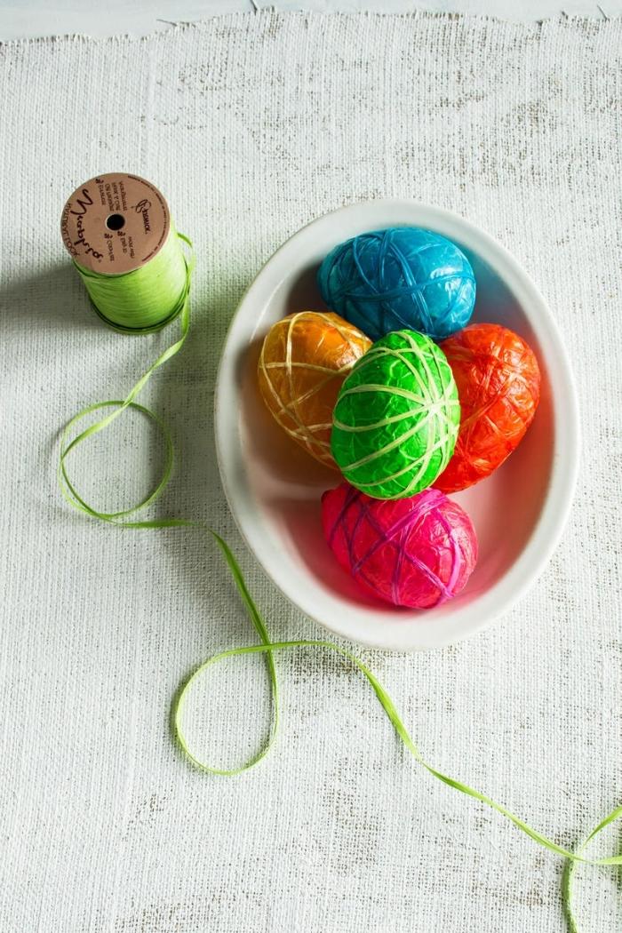 organisation de fete de paques avec décoration en paques plastiques colorés et décorés en fil de nuance verte