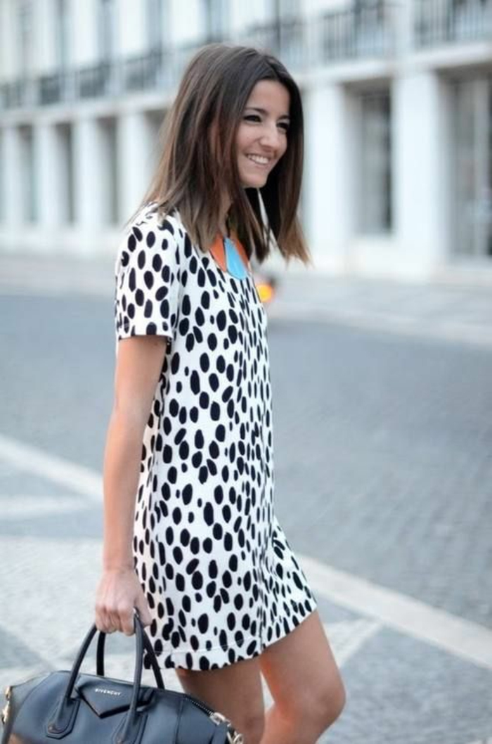 mini robe aux imprimés léopard, sac noir, collier en couleurs pastels, tenue casual, robe femme habillée, bien habillée, look d'été, élégance urbaine