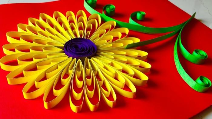 fleur facile, une carte pour le jour de la mère, design jaune sur un fond rouge
