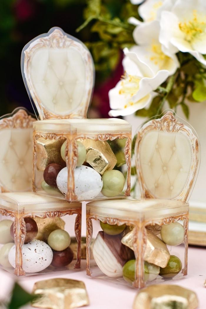 sucreries et bonbons arrangés dans une boîte originale en forme de chaise baroque beige à dos boutonné
