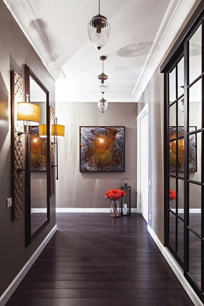 modèle de deco couloir aux murs taupe avec plafond blanc et plancher foncé, modèle de grand miroir noir