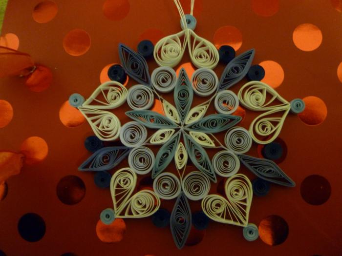 flocon de neige 3d avec du papier, décoration de noel diy, apprendre le quilling facile