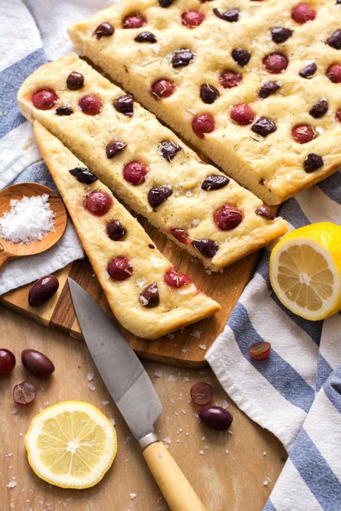 morceaux de tartine aux raisins avec des olives, jus de citron, recette minceur, repas du soir léger, idee repas soir, recette legere, repas méditterranéen