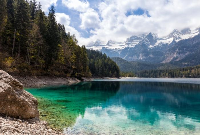 îles paradisiaques, foret et montagne, eaux vertes transparentes, roches beiges, paysage de reve, paysage paradisiaque, ciel bleu nuages blancs