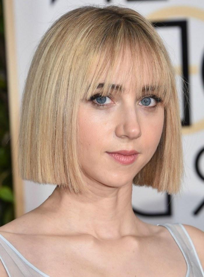 idée de coupe carré court blond droit avec une frange long sur le front, coupe de cheveux femme originale