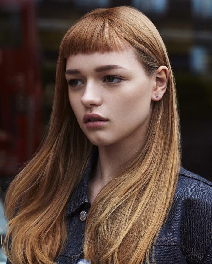 frange courte et cheveux longs couleur blond foncé, veste en jean, coupe de cheveux femme classique