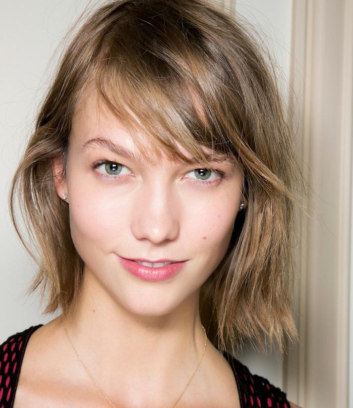 carré court femme avec une frange sur le coté, cheveux blond foncé, look femme sans maquillage décontracté