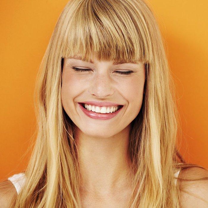 idée de coupe frange simple et classique, cheveux blond longs, avec une frange épaisse sur le front