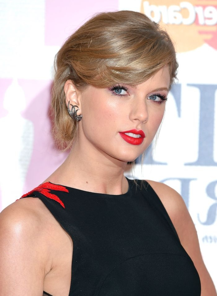 meche sur le coté, exemple de frange asymétrique élégante, robe noire, rouge à lèvres rouge