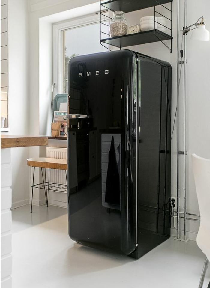 amenagement cuisine, frigo noir brillant, cuisine blanc laqué, carrelage blanc, plan de travail surface imitation en bois clair