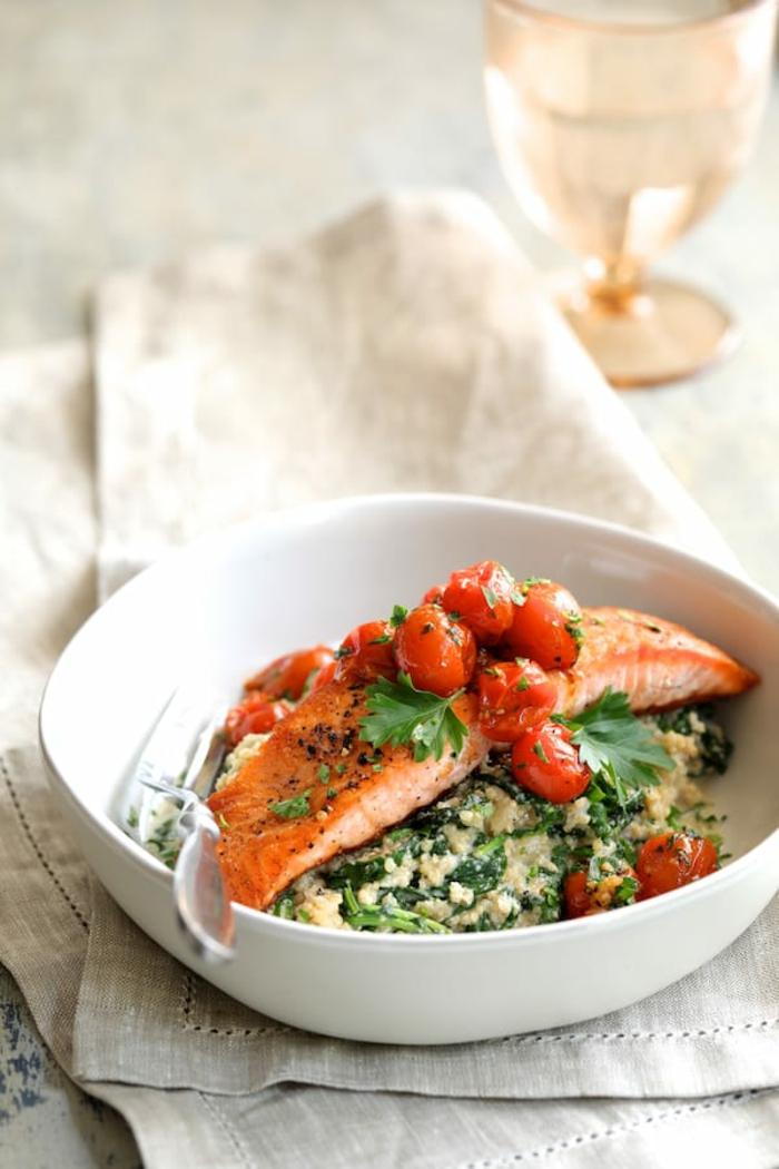 du filet de saumon frais sur un canapé de pâte feuilletée aux épinards, tomates cherry, saveurs de l'océan, soirée de relax pour l'estomac