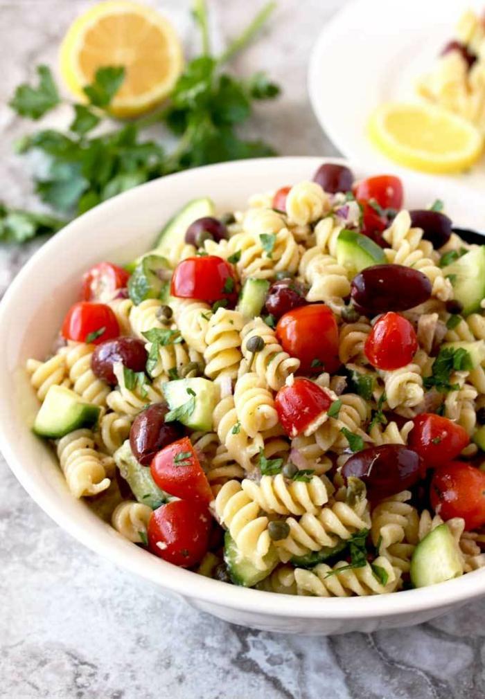 recette minceur, repas du soir léger, pasta fusilli avec des tomates cherry, jus de citron, persil, salade fraîche pour les soirs d'été, repas privé de calories