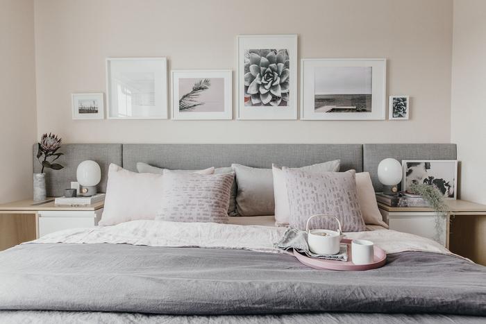 idée deco chambre parentale avec une galerie murale aménagée au-dessus de la tête de lit, qui reprend les couleurs de la pièce