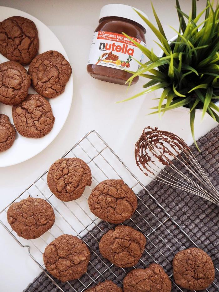 célébrez la journée mondiale de nutella avec une recette ultra facile et rapide de cookies nutella craquelés fourrés à la pâte de noisettes