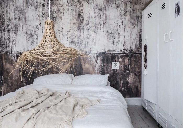 idée comment aménager une chambre à coucher relaxante avec papier peint pas cher de style industriel et lustre en paille
