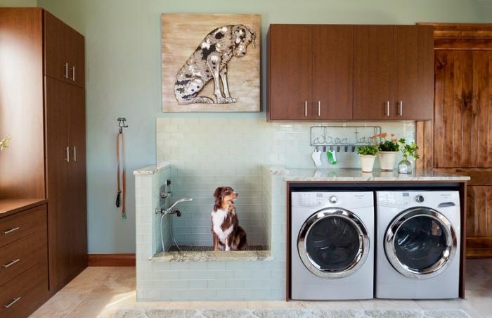 meuble buanderie de bois marron avec poignées métalliques, déco d'intérieur aux murs de peinture vert pastel et meubles foncés