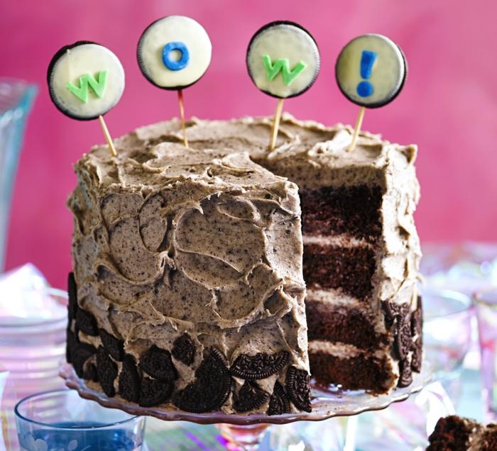 idée pour un simple gateau anniversaire 1 an au chocolat et au nappage de fromage en crème et biscuits oreos