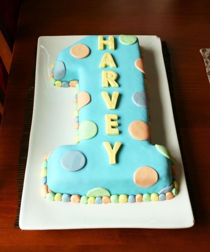 gateau anniversaire 1 an en forme de chiffre recouvert de pâte à sucre et décoré de ronds colorés
