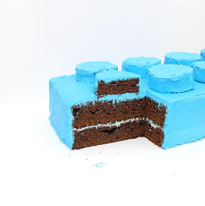 recette de gateau d'anniversaire facile et original en forme de brique lego recouvert de glaçage bleu