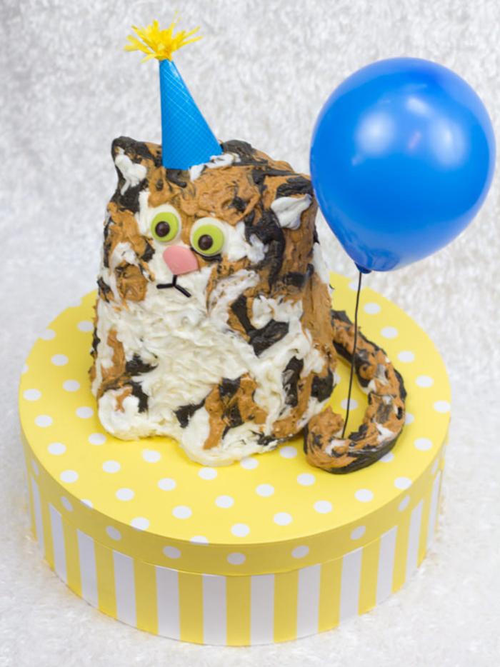 idée gateau anniversaire 2 ans en forme de joli matou au glaçage chocolat et vanille