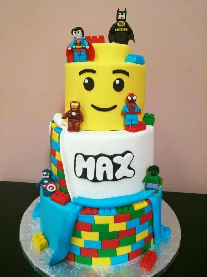 idée pour un gateau d'anniversaire personnalisé artisanal à trois étages, à inspiration lego et marvel