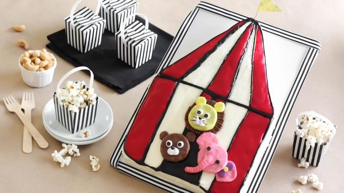 idée gateau anniversaire cirque décoré d'animaux modelés en pâte à mâcher