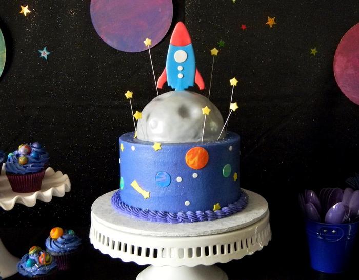 idée gateau anniversaire original sur thème espace pour votre petit cosmonaute, décoration de gâteau espace recouvert de pâte à sucre bleue et grise