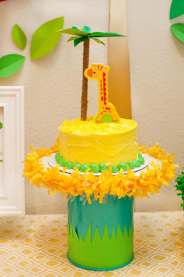 un gateau anniversaire 1 an sur le thème de la savane décoré de figurine mignonne de girafe