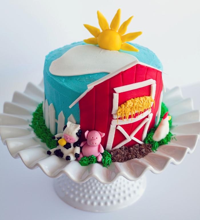 joli gateau d'anniversaire les animaux de la ferme à la décoration en pâte à sucre de couleurs différentes