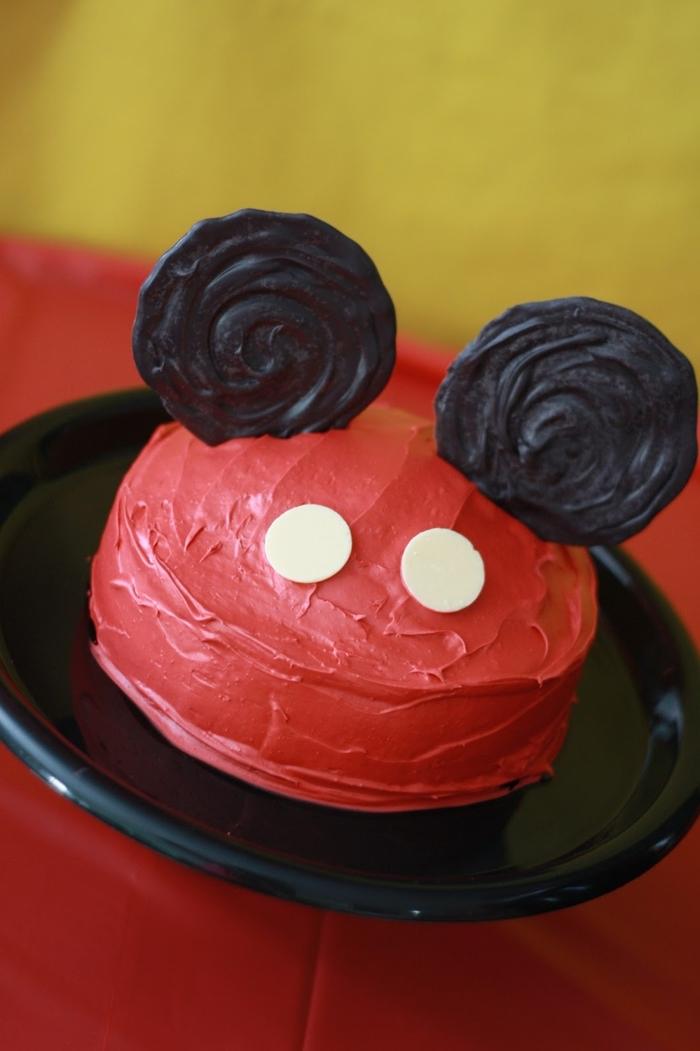 idée gateau anniversaire mickey mouse facile à réaliser au glaçage rouge, recette de gâteau d'anniversaire facile pour les débutants en pâtisserie